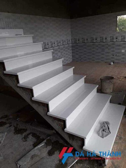 Đá tự nhiên màu trắng ốp cầu thang