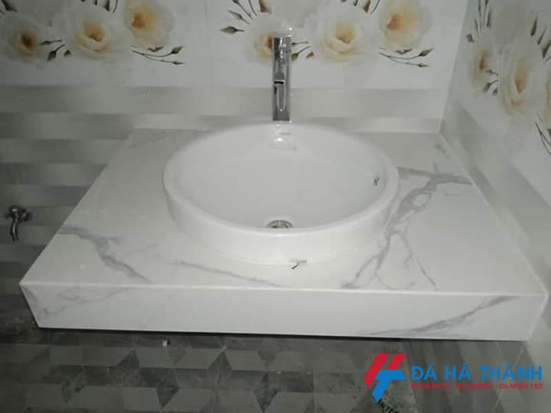 Đá trắng vân mây ốp lavabo