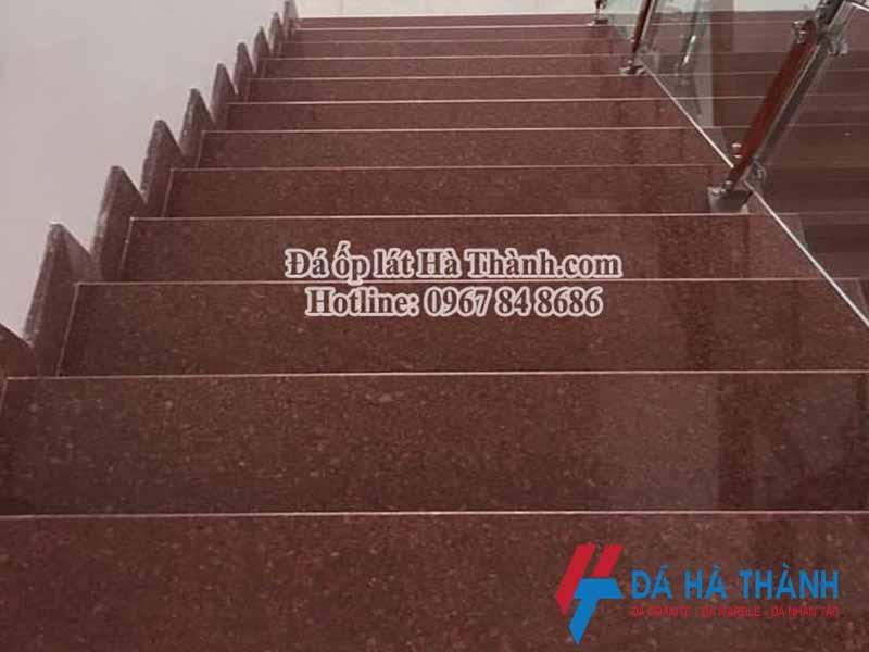 cầu thang ốp đá đỏ bình định nhạt