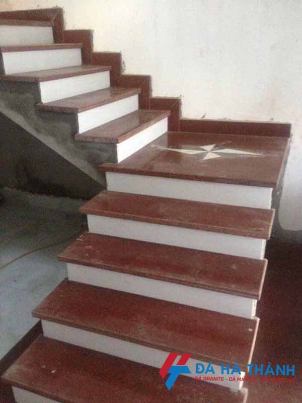 Đá đỏ nhuộm ốp cầu thang