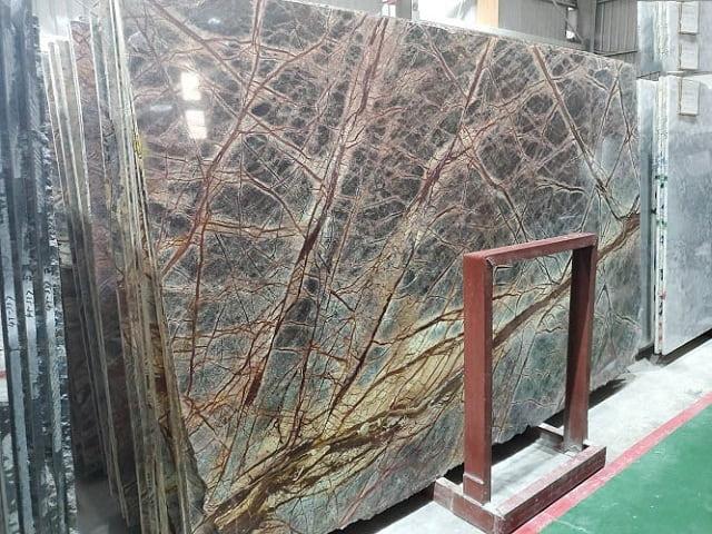 Phân biệt đá Marble Brown Rain Forest tự nhiên và nhân tạo