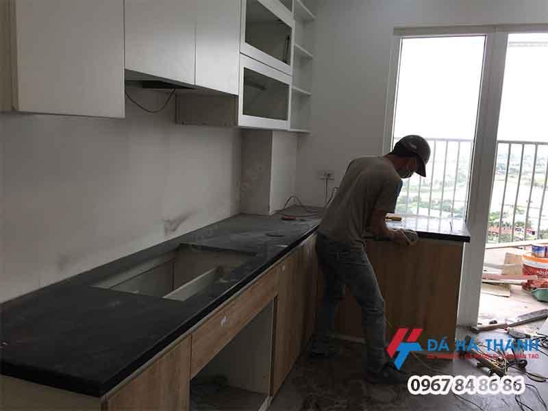 đá granite đen ánh kim ốp bếp