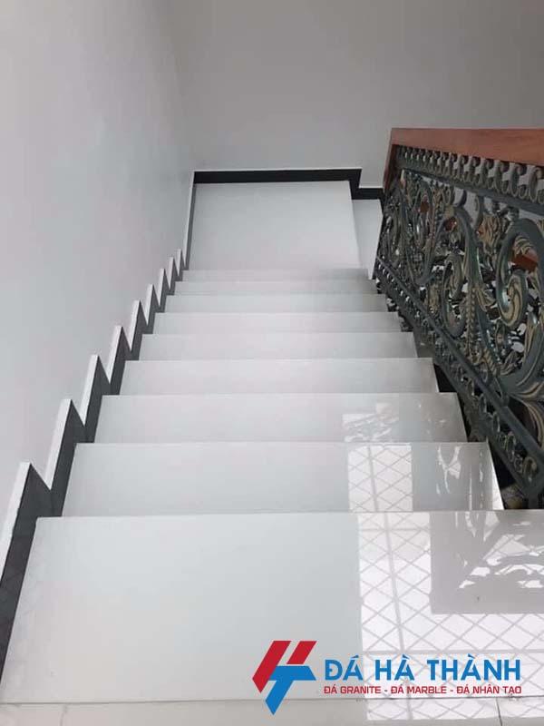 Đá nhân tạo màu trắng ốp cầu thang