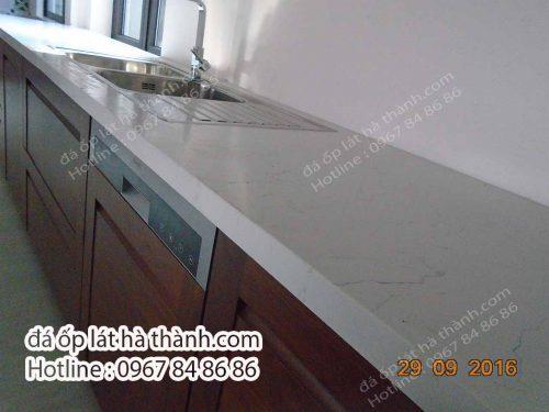 đá nhân tạo trắng ốp bếp
