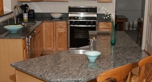 Đá ốp bếp tím hoa cà cực kỳ phù hợp trong không gian phòng bếp
