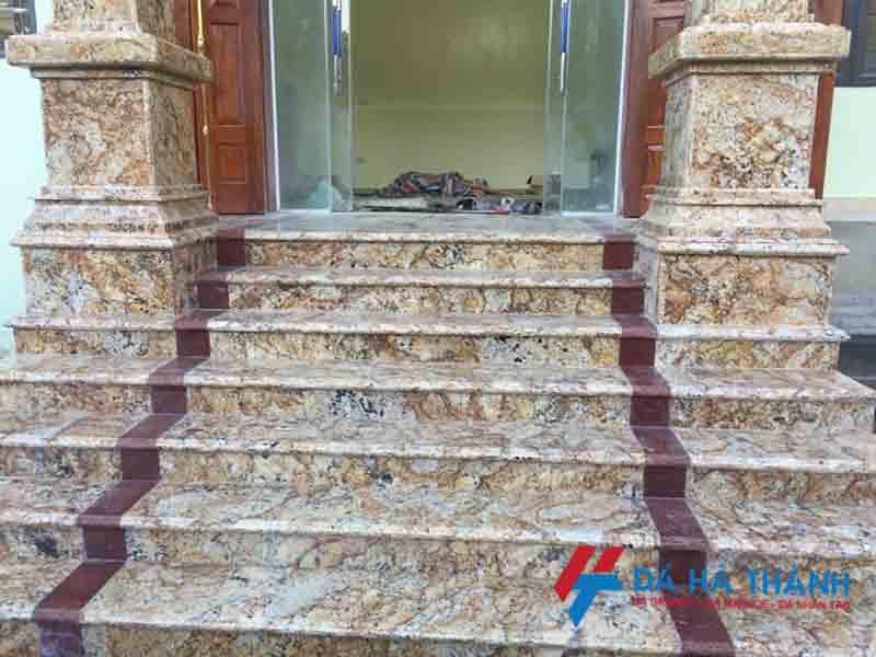 Đá ốp cầu thang màu đỏ trải thảm
