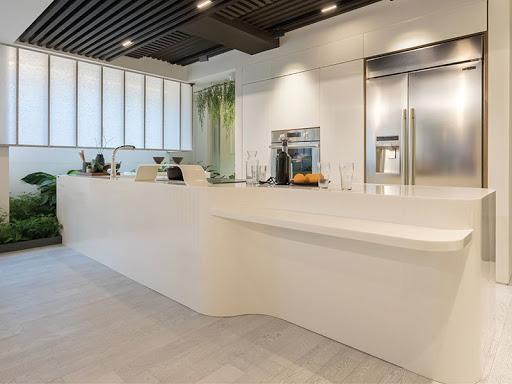 Đá nhân tạo dùng để ốp lát có màu sắc đẹp, tăng sự sang trọng cho căn bếp