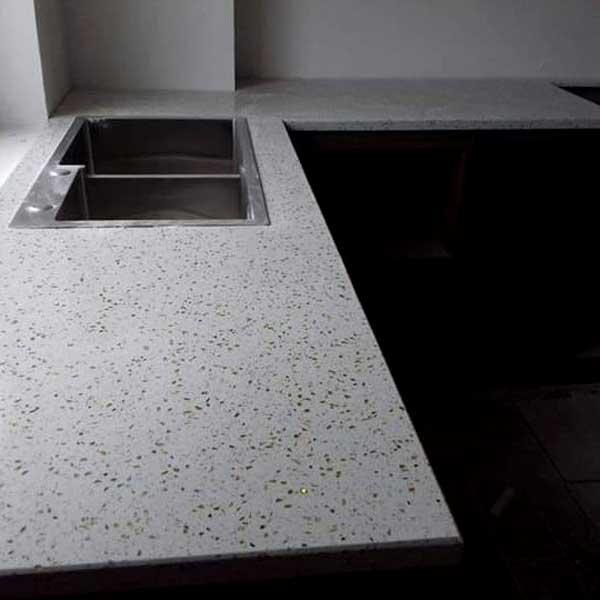 Đá Ốp Lát Hà Thành có trên 10 năm kinh nghiệm cuyên cung cấp đá kim sa nhân tạo trắng ốp bếp