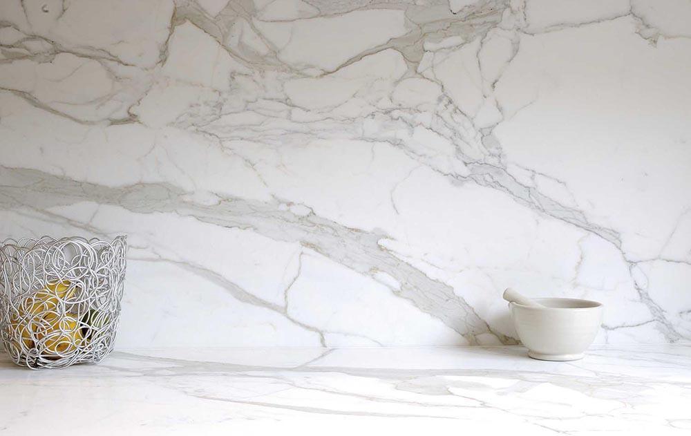 Top 7 mẫu đá bàn bếp trắng vân mây đẹp, nên mua 2021
