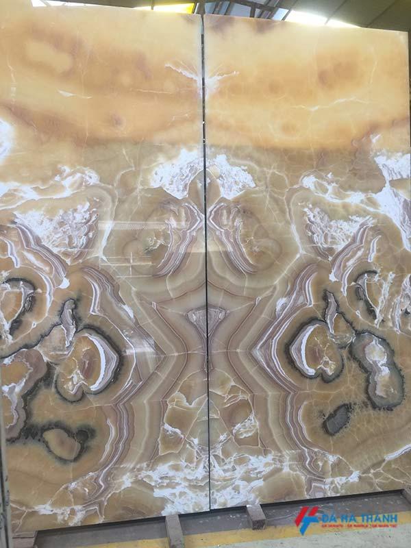 Tranh đá onyx ốp tường phòng khách
